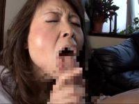 六十路熟女母が息子の巨根に貪りつき口内射精させてるおまんこなjyukujomania.com