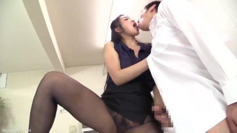S女の美人な熟女がカメラ目線で淫乱な言葉で男を責める熟女動画