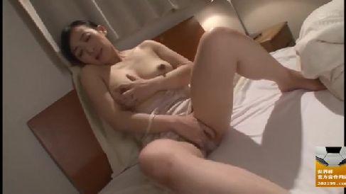 欲求不満の美人な義母が娘婿のちんこで発情していく淫乱な人妻熟女の動画