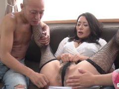 ドスケベな熟女が3Pセックスでおまんこを濡らして乱れる無修正熟女動画