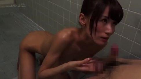 息子の朝立ちしたちんこに欲求不満な義母が我慢出来ず咥えていく熟女セックス動画
