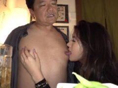 痴女な女優永井マリアがM男達を責め男潮を吹かせ興奮していく熟年女性動画