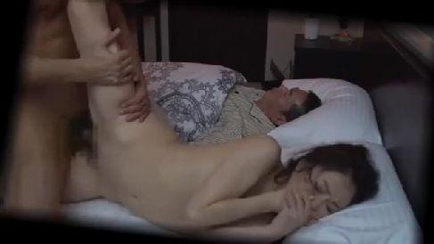 美人な人妻が夫のすぐ側で義兄に夜這いされ喘ぎ声を堪えながら感じていく寝取られ動画