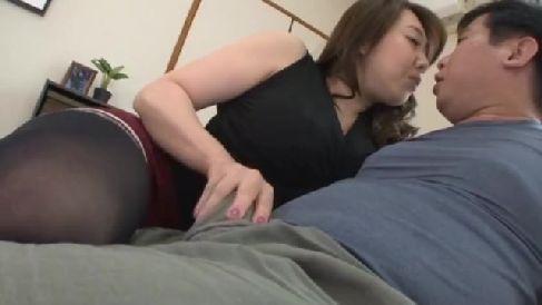 熟女のAV女優風間ゆみが娘婿を誘惑し淫乱にちんこを求める熟年女性動画