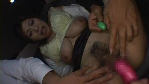 借金取りに言われるがまま息子とハメ撮り撮影し激しく悶える垂れ乳な母親の母子相姦動画