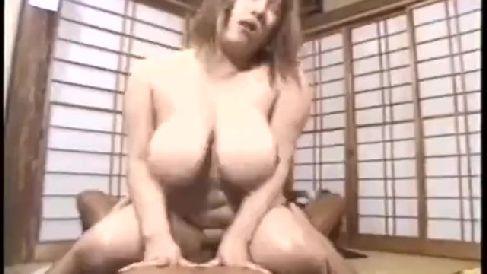 豊満な爆乳熟女がちんこをいやらしく舐め回しおまんこに挿入し激しくオッパイを揺らしながら悶える無修正熟女動画