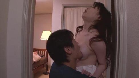 スタイルの良い美人な母親が同居する義弟に体を調教され夫の居るすぐ側で喘ぎ声を堪え悶える熟女動画
