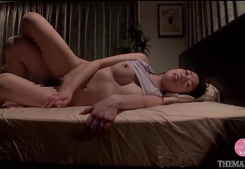 欲求不満な美人の母親が息子にオナニーを盗撮されそのまま夜這いされながら淫乱に悶える母子相姦動画