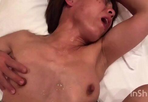 素人の高齢熟女がラブホテルで夫のちんこを咥え淫乱に悶える個人撮影の無修正熟女動画
