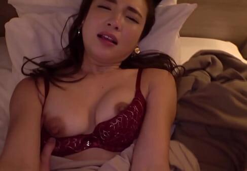小柄な可愛い若妻が夫の居ない間にホテルでハメ撮り撮影しながら淫乱に悶える熟女セックス動画